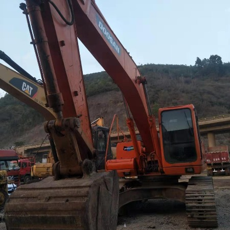 云贵川直售大理二手斗山挖掘机,机型225-942,12年发票,机主直售,工地正常干活