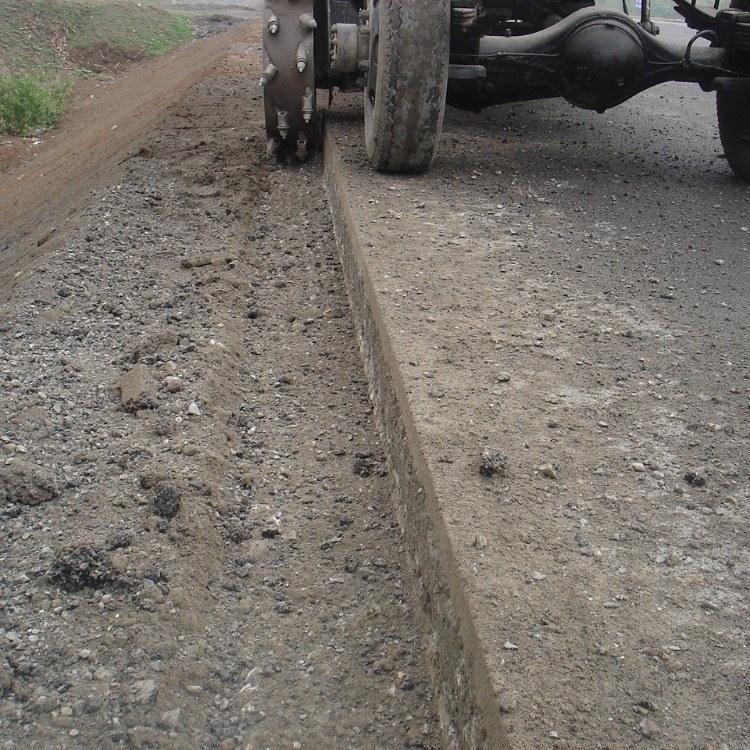 大中小型多种型号的一种轮式翻转公路开沟机可对路边一次性开槽抛沟成型