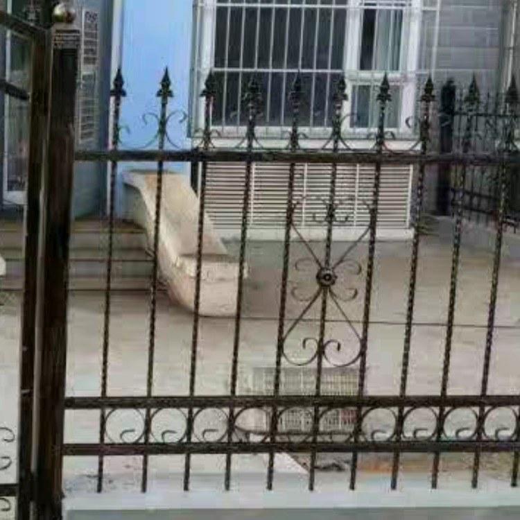 厂家推荐供应铸铁艺外墙建筑护栏铁艺室外装饰栏杆钢筋焊接围栏铁栅栏定制价位