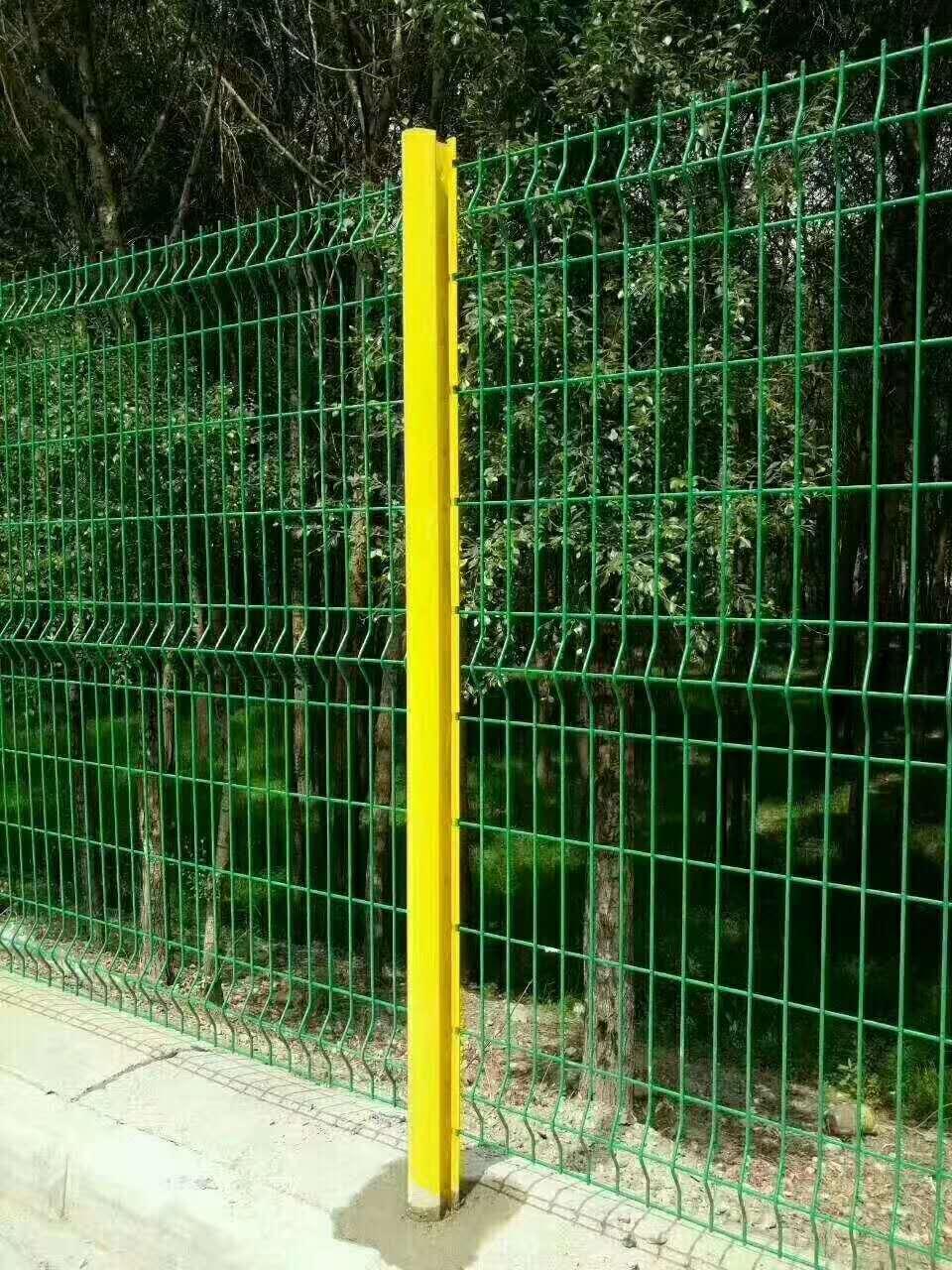 双边丝护栏网图片,,铁路护栏网片,圈地护栏网,,土地护栏网护栏网厂家供应商
