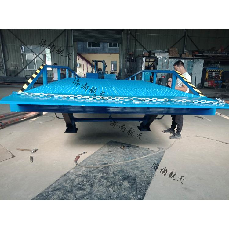 厂家直销哈尔滨高品质大台面钢格网防滑移动式参数可定制登车桥叉车月台