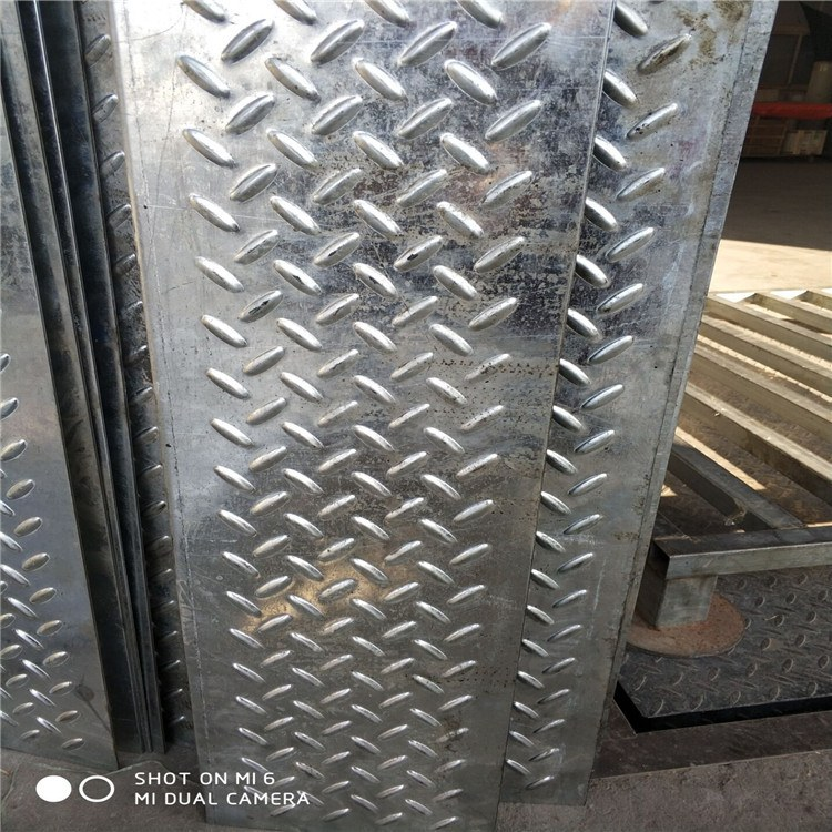 厂家直销  人字纹脚踏板 冲孔网防滑板 鳄鱼嘴防滑踏步板       量大优惠