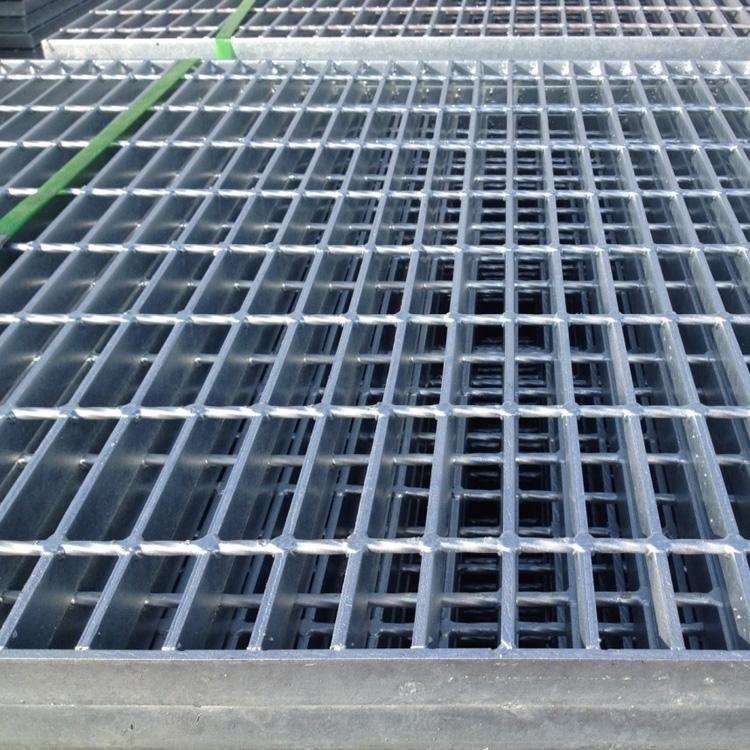 安平工厂直销 楼梯踏步格栅板 防滑钢格板 镀锌钢格板