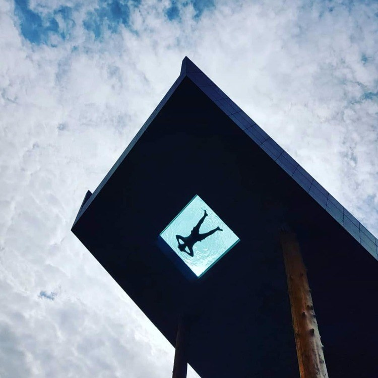 透明玻璃泳池瑞地格乐亚克力应用于全球60多家网红民宿酒店