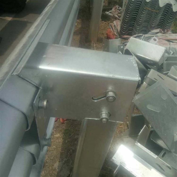 飞机翅膀防阻块 热镀锌方立柱配套三波防阻块现货