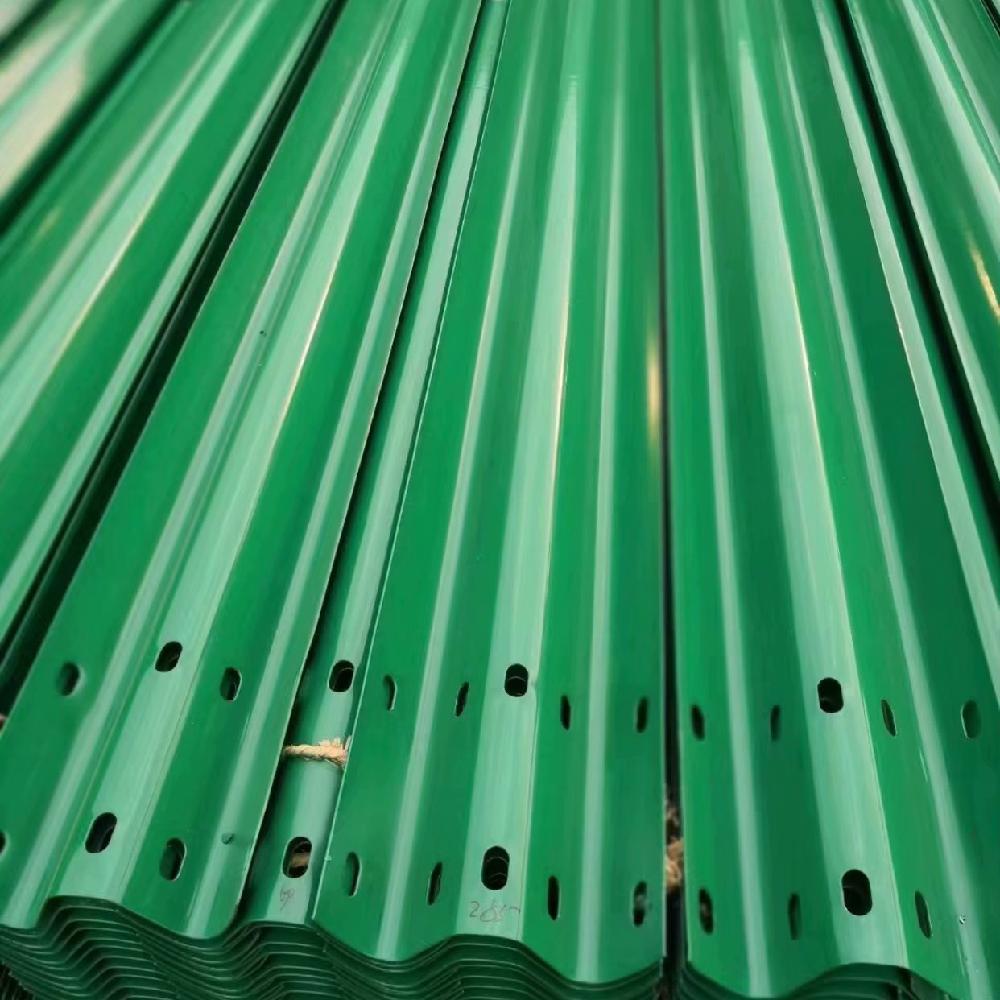 乡村道路C级波形护栏板 公路防撞护栏板配套设施 专业生产规格齐全