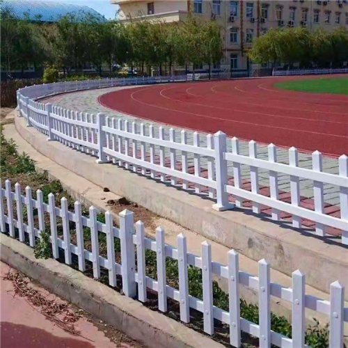 销售pvc草坪护栏规格 供应pvc草坪护栏批发 平轩金属