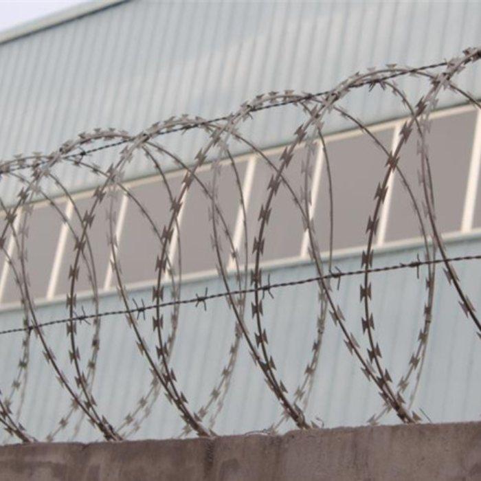 防攀爬刀片刺网支架 安平运通 机场ss304刀片刺网支架