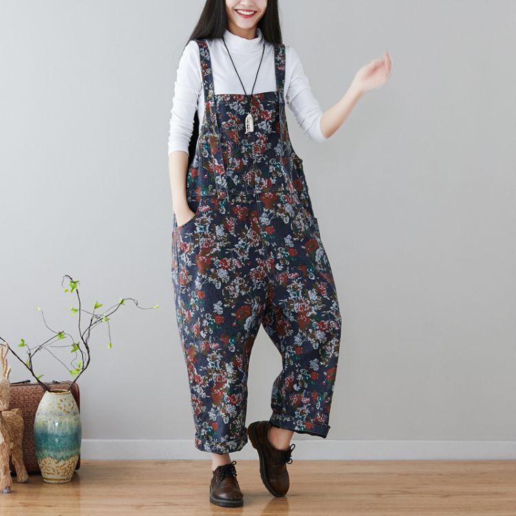 一衫伴水秋冬新款女大码印花做旧牛仔裤宽松显瘦碎花背带裤可调节