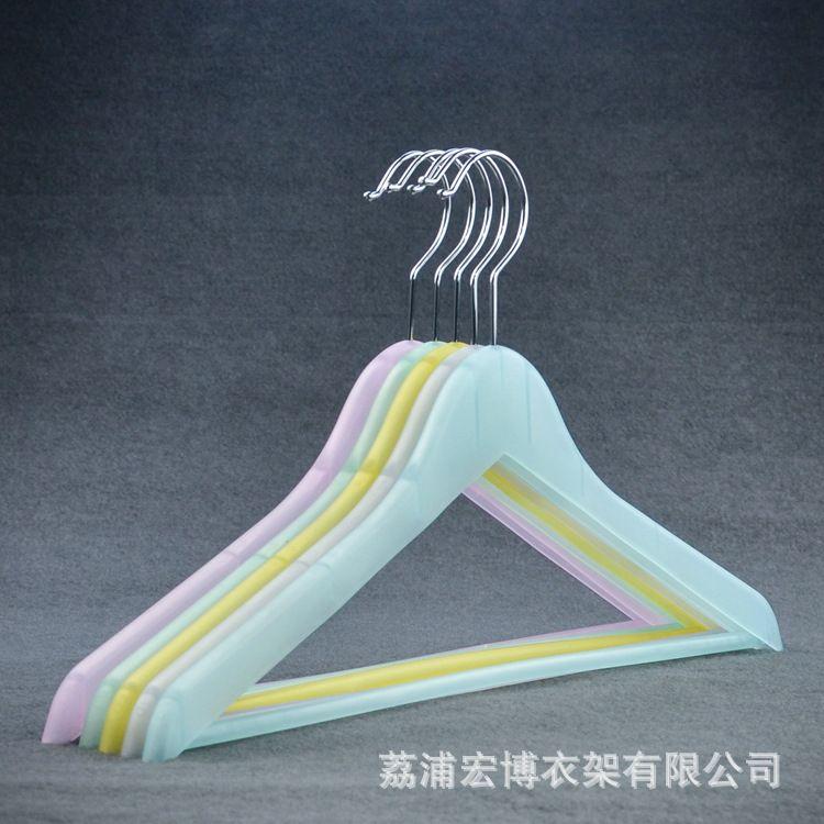 PP塑料衣架工厂直销彩色半透明磨砂手感轻薄家用收纳快时尚塑料衣架厂家服装大创品牌展示架