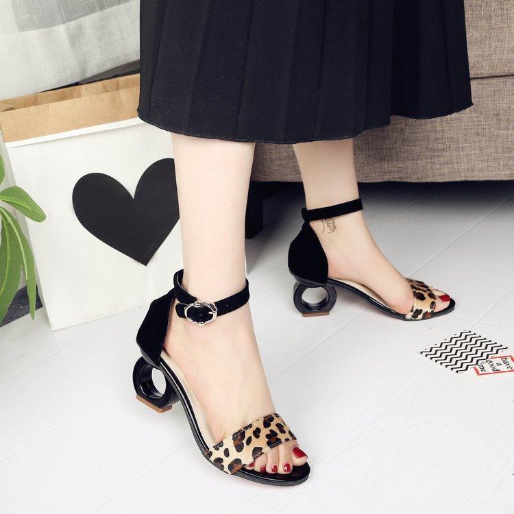 2018夏季新款韩版凉鞋女绒面中跟异形跟一字扣带时尚鱼嘴凉鞋代发