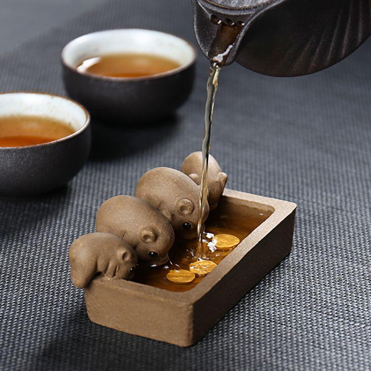 悦江南宜兴段泥茶宠摆件 紫砂陶瓷创意茶玩 小猪喝水丰衣足食厂家