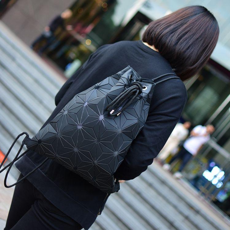 2018年新款时尚运动便捷抽绳菱格双肩包  几何折叠束口小背包